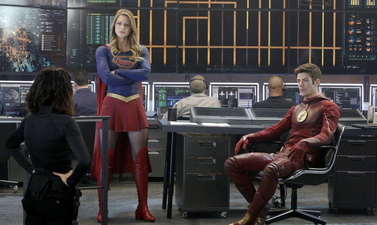 Supergirl (Melissa Benoist, M.) schließt eine Allianz mit Barry Allen alias the Flash  - Bildquelle: 2015 Warner Bros. Entertainment, Inc.