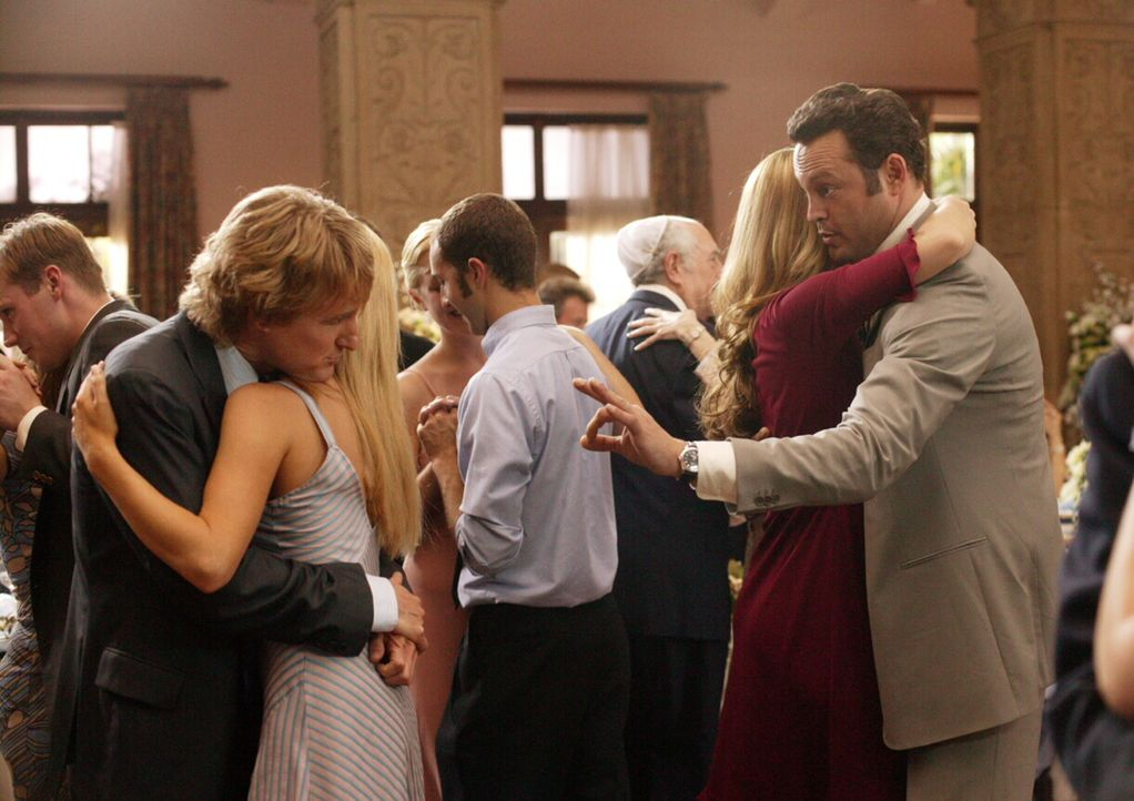 Kaum auf DER Hochzeit des Jahres gelandet, da machen sich die beiden Hallodris John (Owen Wilson, l.) und Jeremy (Vince Vaughn, r.) an die Brautjung... - Bildquelle: Warner Bros. Television