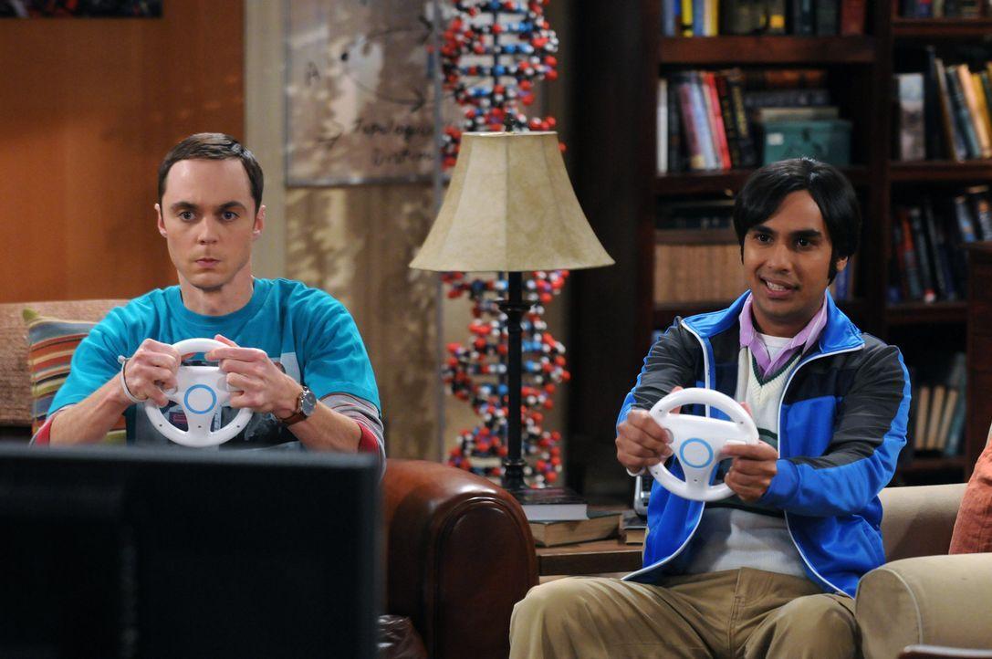 Sind etwas anders: Sheldon (Jim Parsons, l.) und Raj (Kunal Nayyar, r.) ... - Bildquelle: Warner Bros. Television