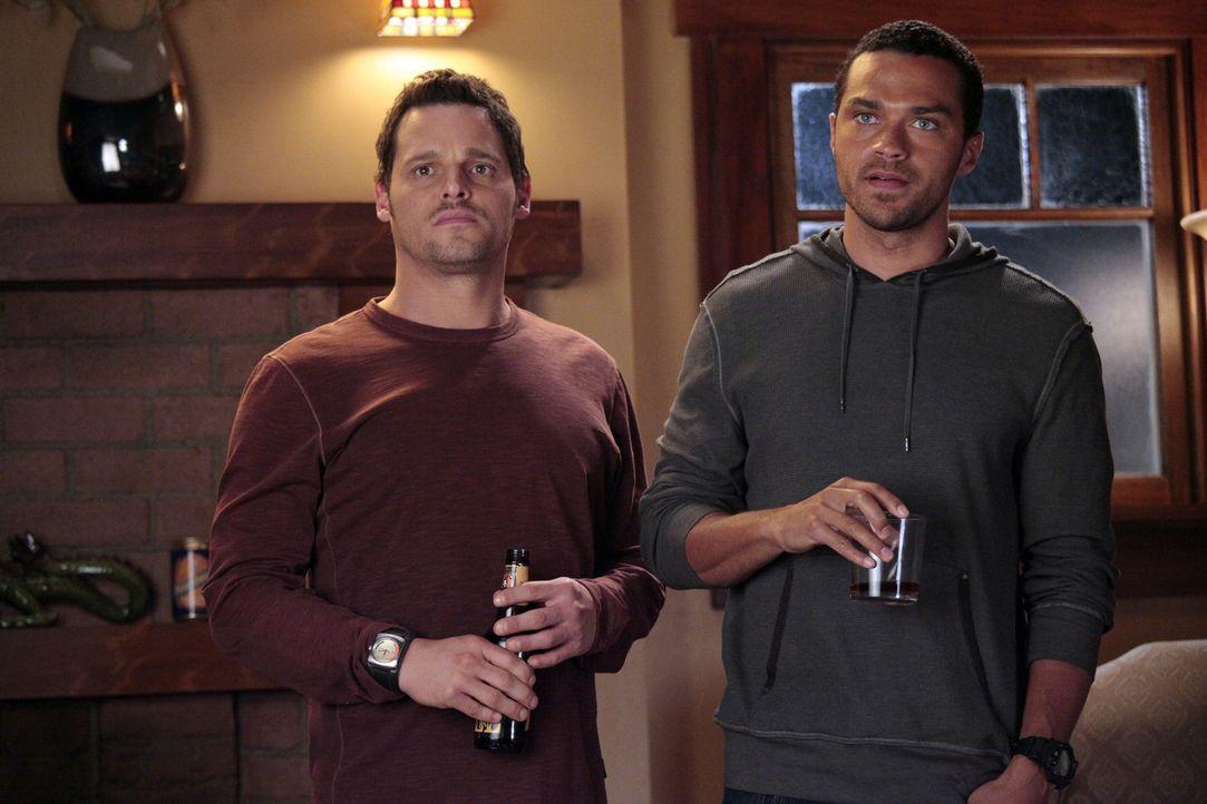 Müssen eine wichtige Entscheidung treffen: Jackson (Jesse Williams, r.) und Alex (Justin Chambers, l.) ... - Bildquelle: Touchstone Television