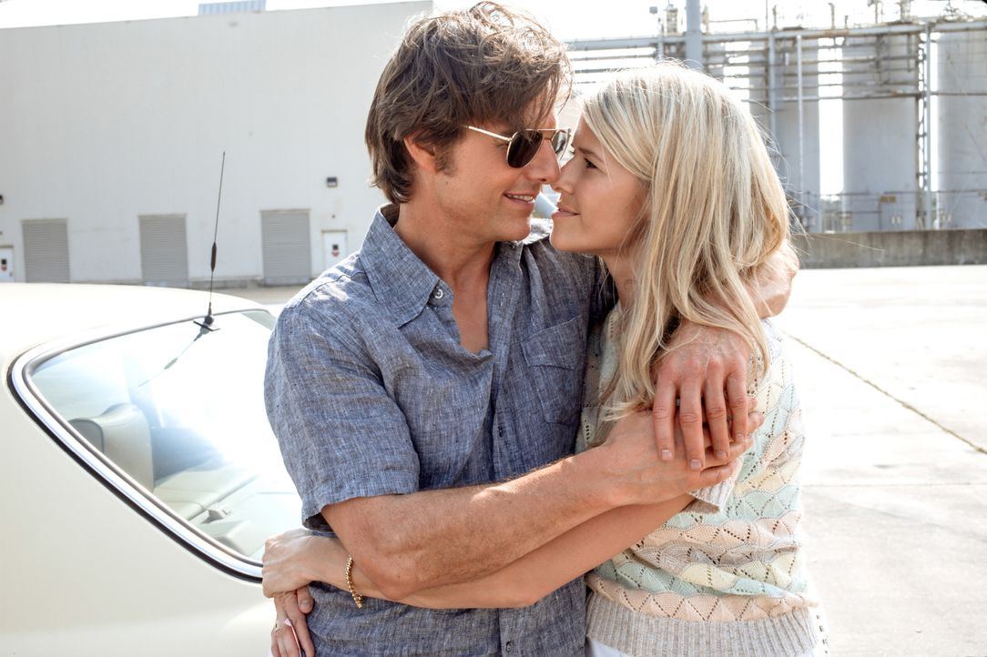 Barry Seal (Tom Cruise, l.); Lucy Seal (Sarah Wright, r.) - Bildquelle: David James Universal Pictures / David James