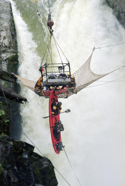 Als sich der Wasserfall-Stunt als Werbespot noch nicht extrem genug entpuppt, lassen sich die Extremsportler dazu überreden, die Flucht vor einer La... - Bildquelle: TM & Copyright   2002 by Paramount Pictures. All Rights Reserved.