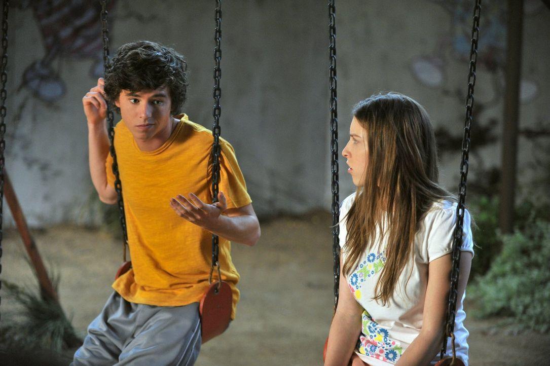 Sue (Eden Sher, r.) versteht nicht, warum Mike Axl (Charlie McDermott, l.) als sein Lieblingskind bezeichnet und drängt ihren Vater dazu, im Sommer... - Bildquelle: Warner Brothers