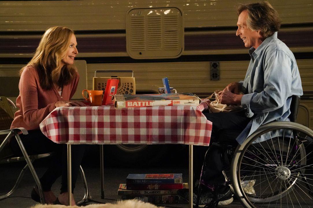 Bonnie (Allison Janney, l.); Adam (William Fichtner, r.) - Bildquelle: Warner Bros. Entertainment, Inc.