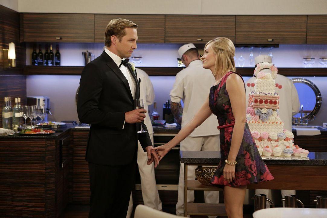 Das wird hart für Caroline (Beth Behrs, r.): Ihr Ex-Freund Andy (Ryan Hansen, l.) taucht nicht nur wieder in ihrem Leben auf, er hat auch bedeutsame... - Bildquelle: Warner Brothers