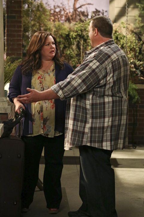 Während Molly (Melissa McCarthy, l.) für eine mehrtägige Lehrerkonferenz nach Springfield gefahren ist, ist Mike (Billy Gardell, r.) verzweifelt,... - Bildquelle: Warner Brothers