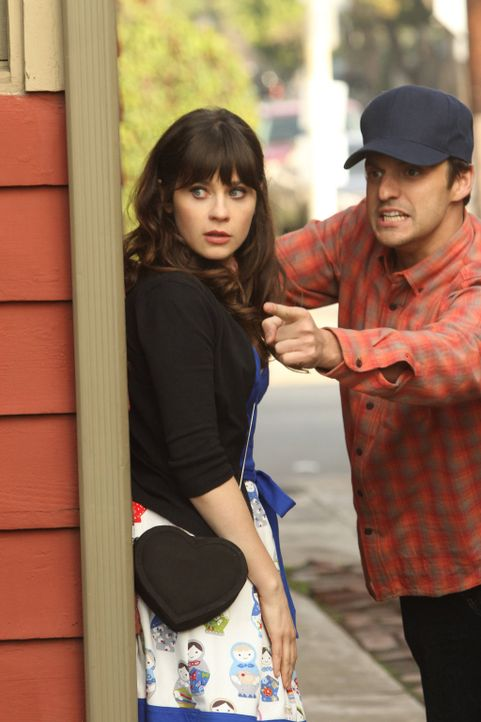 Versuchen herauszufinden, ob Edgar wirklich ein Mörder ist und landen dabei in einer peinlichen Situation: Jess (Zooey Deschanel, l.) und Nick (Jake... - Bildquelle: 2012 Twentieth Century Fox Film Corporation. All rights reserved.