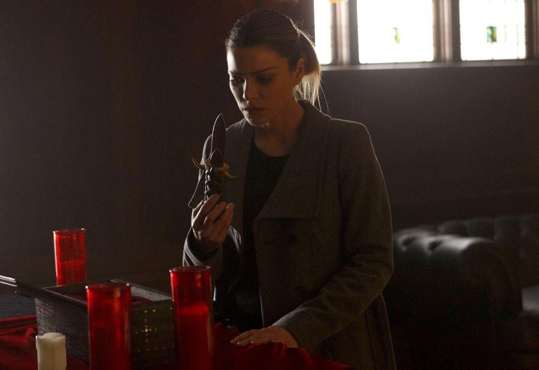 Hinter Chloes (Lauren German) Rücken stellt Lucifer Nachforschungen über sie an. Unterdessen führen Maze und Amenadiel ein Gespräch über die Zukunft... - Bildquelle: 2016 Warner Brothers