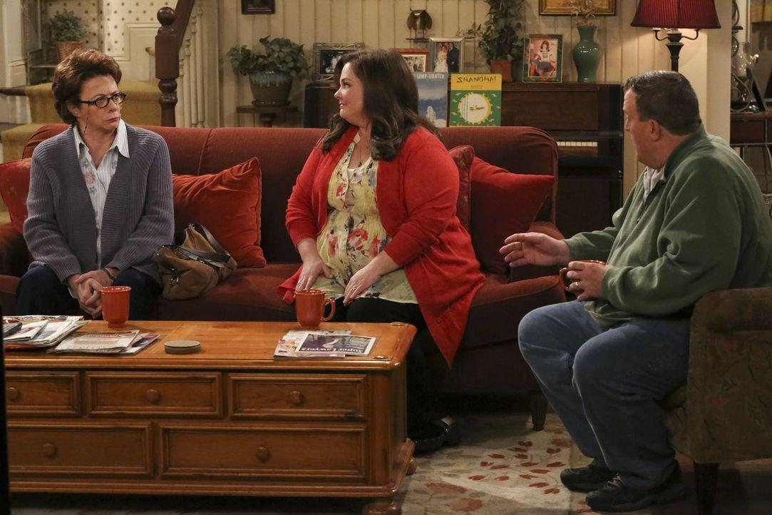 Mike (Billy Gardell, r.) und Molly (Melissa McCarthy, M.) haben große Angst, dass Peggy (Rondi Reed, l.) allmählich dement werden könnte. Doch wie s... - Bildquelle: Warner Brothers