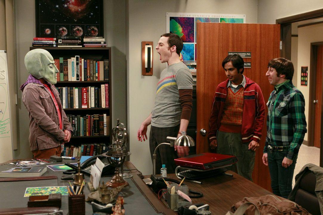 Es ist Halloween: Howard (Simon Helberg, r.), Raj (Kunal Nayyar, 2.v.r.) und Leonard (Johnny Galecki, l.) spielen Sheldon (Jim Parsons, 2.v.l.) eine... - Bildquelle: Warner Bros. Television