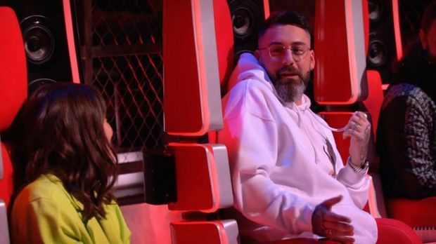 Alice sieht zu Sido, der neben ihr sitzt und mit ihr spricht.