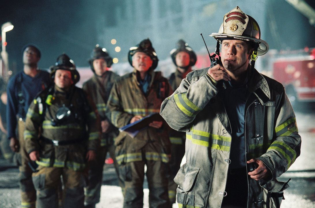 Kann das Team, Ladder 49, unter Captain Mike Kennedy (John Travolta, r.) Jack noch rechtzeitig aus der Feuerhölle befreien? - Bildquelle: Buena Vista International.  All Rights Reserved