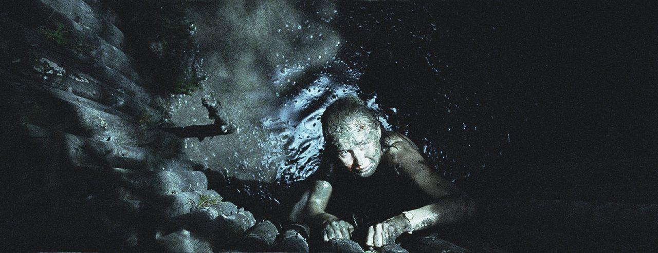 Während Knut hilflos in der Grube leidet, gelingt es Siri (Julie Rusti), der gemeinen Falle zu entkommen. Doch dann hört sie laute Schritte ...