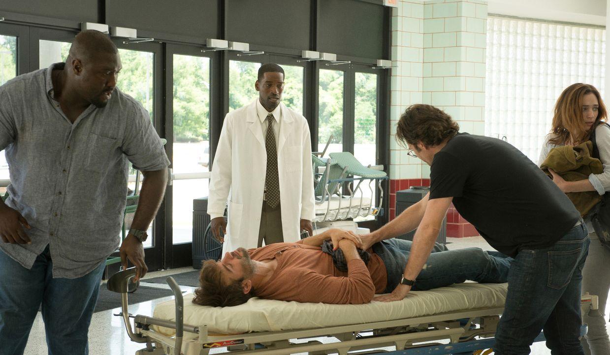 Während sich Dr. Chenai (Derek Roberts, hinten) um Jackson (James Wolk, liegend) kümmern soll, versuchen Abraham (Nonso Anozie, l.), Jamie (Kristen... - Bildquelle: Cook Allender 2015 CBS Broadcasting Inc. All Rights Reserved.