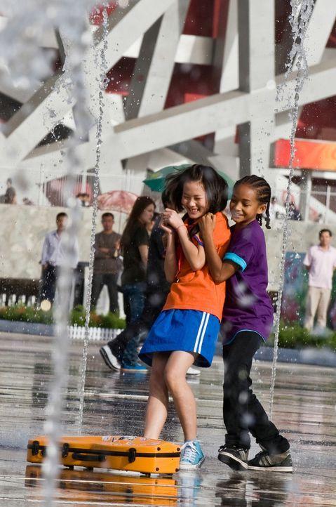 Kaum an der neuen Schule in Peking angekommen, verliebt sich Dre (Jaden Smith, r.) in Mei Ying (Wenwen Han, l.), die Tochter des örtlichen Kung-Fu-... - Bildquelle: 2010 CPT Holdings, Inc. All Rights Reserved.