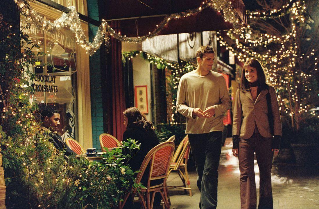 Jahre später treffen Oliver (Ashton Kutcher, l.) und Emily (Amanda Peet, r.) erneut aufeinander. Sie verbringen einen romantischen Abend, doch scha... - Bildquelle: Touchstone Pictures. All rights reserved