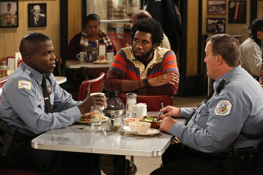 Männergespräche: Samuel (Nyambi Nyambi, M.), Carl (Reno Wilson, l.) und Mike (Billy Gardell, r.) ... - Bildquelle: Warner Brothers