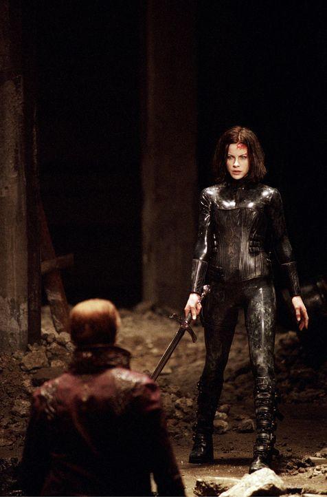 Als das Duell der Nachtgeschöpfe im Untergrund der Stadt eskaliert, erweckt Selene (Kate Beckinsale, r.) eigenmächtig, den in einer Gruft ruhenden... - Bildquelle: TMG