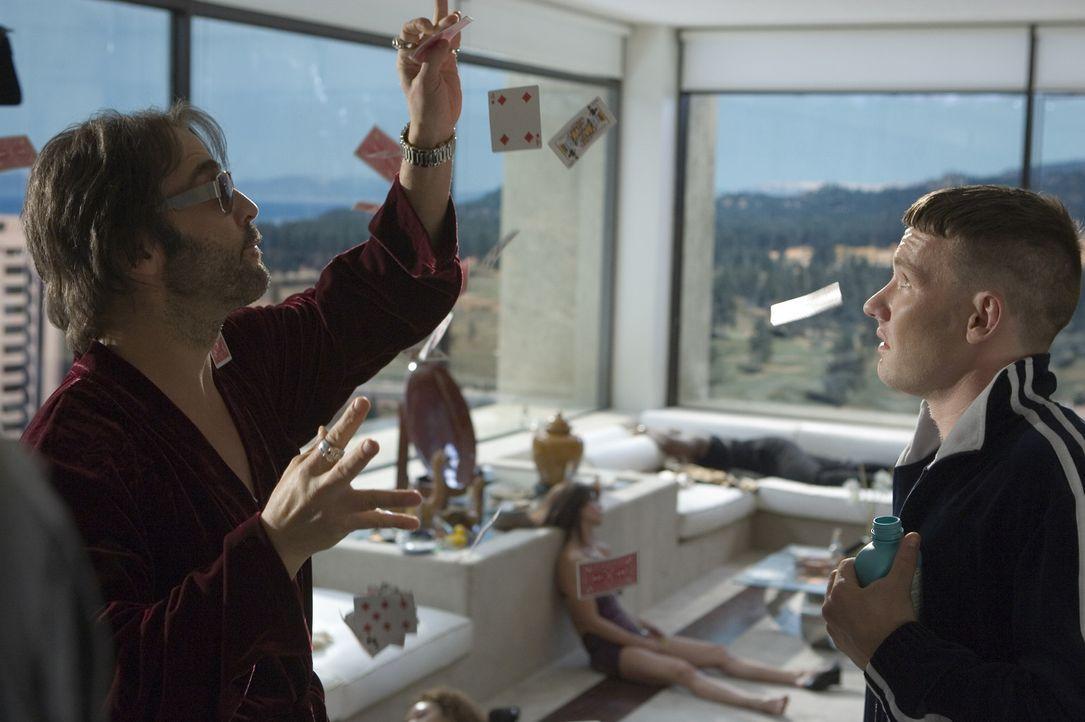 Eine Million Dollar werden auf den Kopf des Entertainers Israel (Jeremy Piven, l.) ausgeschrieben. Doch im Kokainnebel ignoriert er die Gefahr im Ko... - Bildquelle: 2006 Universal Studios. All Rights Reserved.