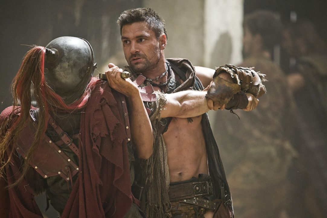 Zeigt den Glabers Truppen, wo der Hammer hängt: Crixus (Manu Bennett, r.) ... - Bildquelle: 2011 Starz Entertainment, LLC. All rights reserved.