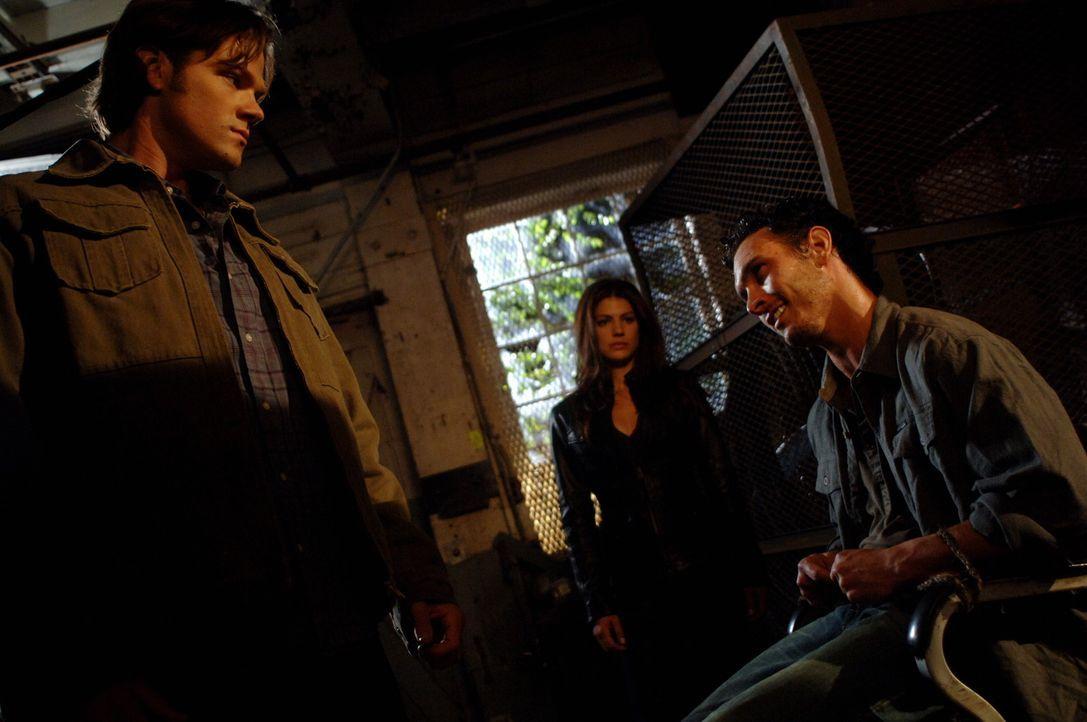 Während Sam (Jared Padalecki, l.) und Ruby (Genevieve Cortese, M.) einen Rugaru (Marcus Hondro, r.) gefangen haben, findet Dean Sams Geheimnis hera... - Bildquelle: Warner Brothers Entertainment Inc.