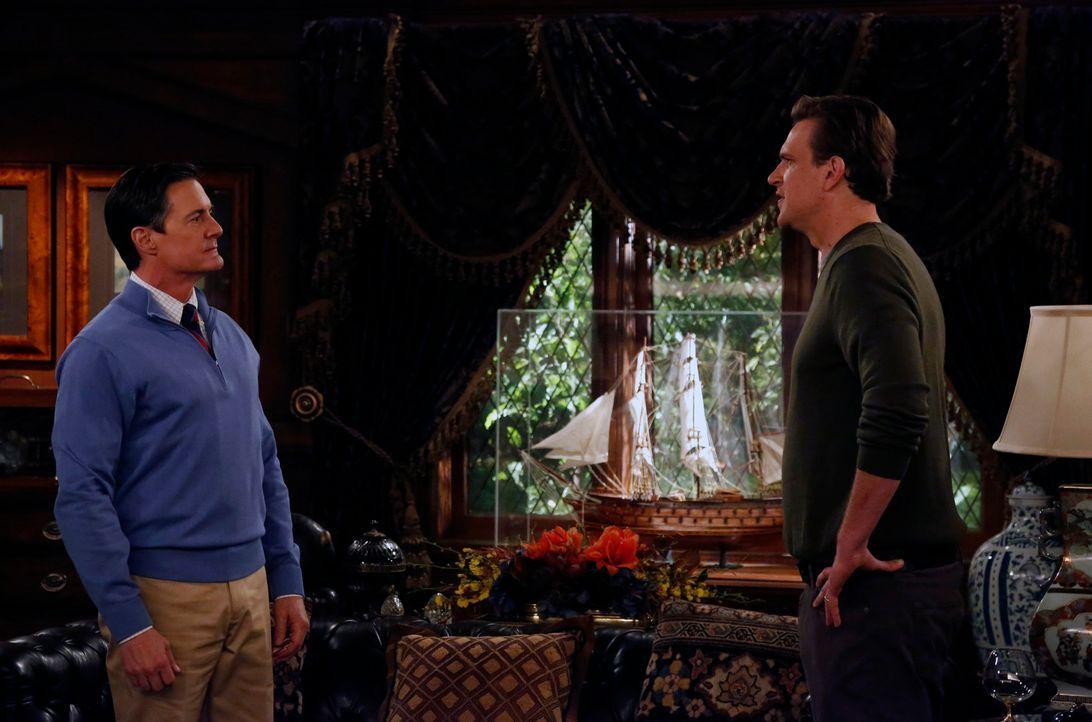 Marshall (Jason Segel, r.) konfrontiert den Captain (Kyle MacLachlan, l.) mit der Frage, was er mit Lily am Laufen hat ... - Bildquelle: 2014 Twentieth Century Fox Film Corporation. All rights reserved.