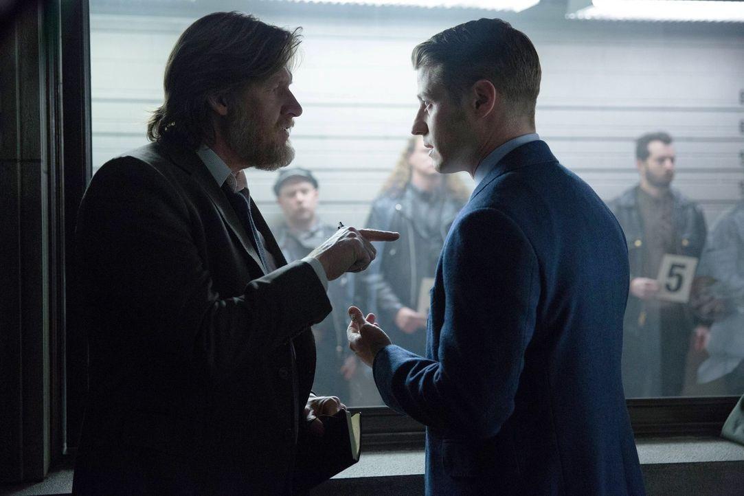 Ermitteln in einem neuen Fall. Doch während Bullock (Donal Logue, l.) auf einen schnellen Ermittlungserfolg aus ist, glaubt Gordon (Benjamin McKenzi... - Bildquelle: Warner Bros. Entertainment, Inc.