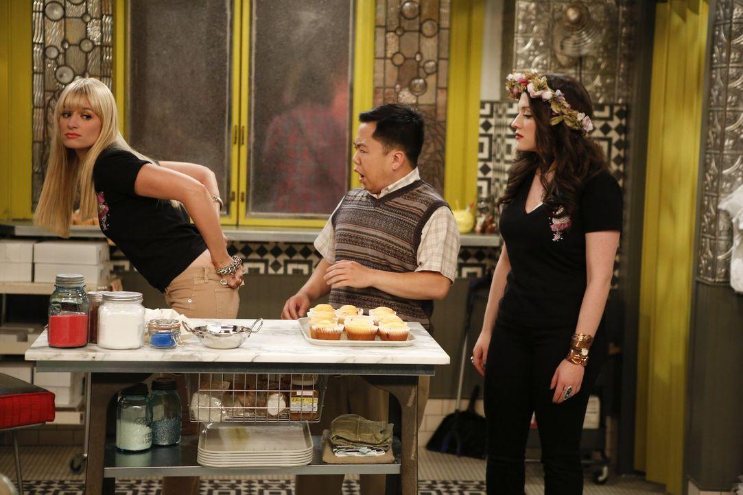 Han (Matthew Moy, M.) ist neidisch auf den Erfolg von Max (Kat Dennings, l.) und Caroline (Beth Behrs, r.) und will entgegen ihrer Abmachung Miete f... - Bildquelle: Warner Brothers