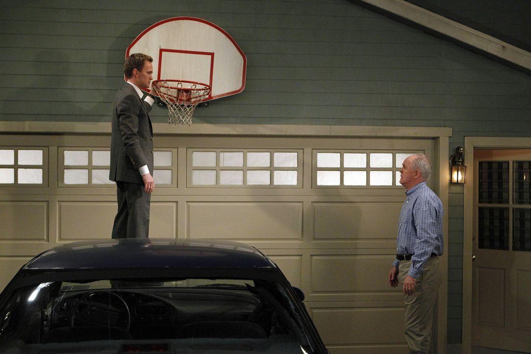 Barney (Neil Patrick Harris, r.) trifft tatsächlich seinen leiblichen Vater (John Lithgow, r.) und ist überrascht darüber, wie sich sein Leben en... - Bildquelle: 20th Century Fox International Television