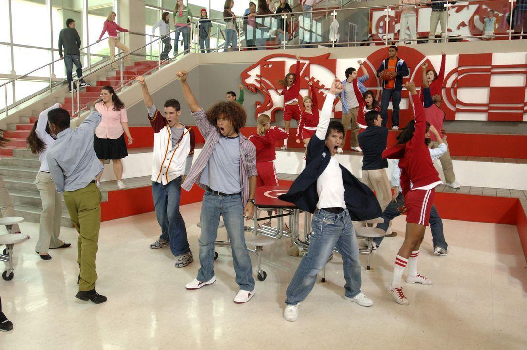 Proben für den großen Auftritt: Zeke (Chris Warren jr., l.) und Chad (Corbin Bleu, 2.v.r.) ... - Bildquelle: The Disney Channel