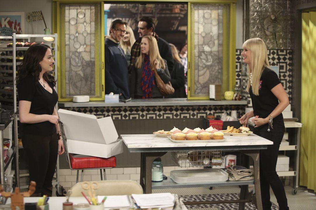 Ein neues Produkt schlägt bei Max (Kat Dennings, l.) und Caroline (Beth Behrs, r.) wie eine Bombe ein. Der Erfolg scheint gesichert ... - Bildquelle: Warner Brothers
