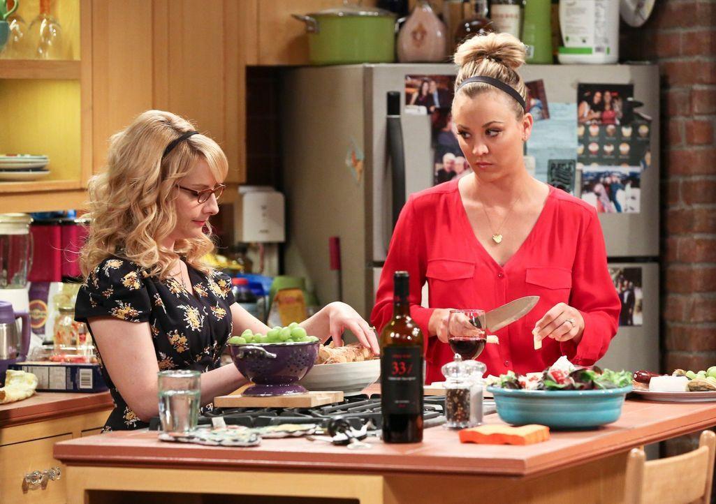 Bernadette (Melissa Rauch, l.) und Penny (Kaley Cuoco, r.) bekochen Leonards Mutter Beverly. Doch während Penny mit allen Mitteln versucht, eine Ver... - Bildquelle: 2016 Warner Brothers
