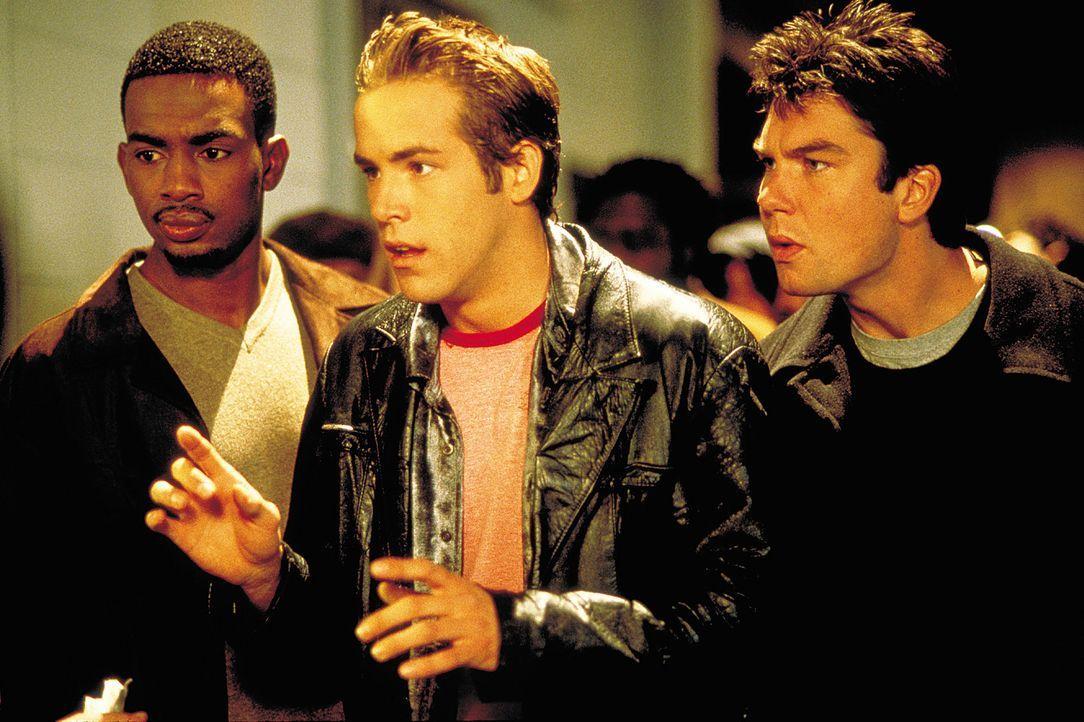 Auf der Suche nach der richtigen Entscheidung lässt es David (Jerry O'Connell, r.) gemeinsam mit seinen beiden Freunden Mike (Ryan Reynolds, M.) un... - Bildquelle: 2003 Sony Pictures Television International. All Rights Reserved.