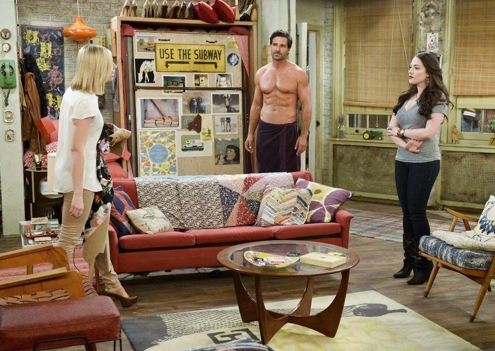 Caroline (Beth Behrs, l.) erwischt Max (Kat Dennings, r.) und Randy (Ed Quinn, M.) in trauter Zweisamkeit und macht sich daraufhin Sorgen, dass ihre... - Bildquelle: 2016 Warner Brothers