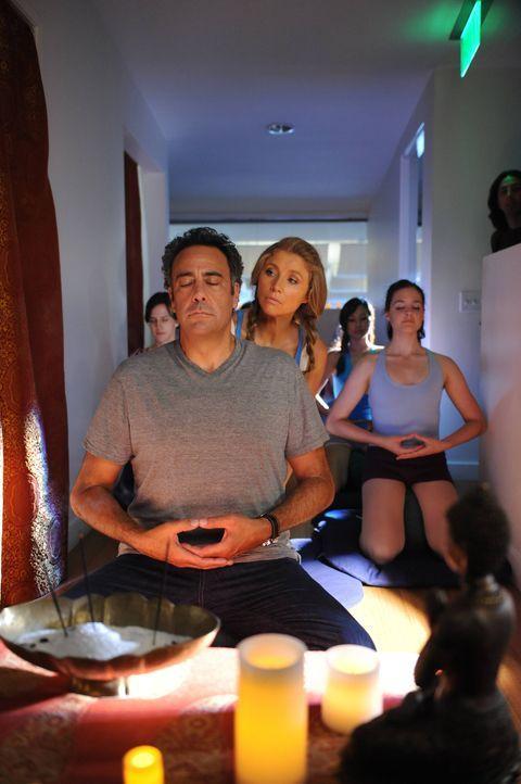 Als Polly (Sarah Chalke, M.) alte Wellness-Gutscheine in ihrem Schrank findet und Max (Brad Garrett, l.) erkennt, dass sie eine Menge Geld -sein Gel... - Bildquelle: 2013 American Broadcasting Companies. All rights reserved.