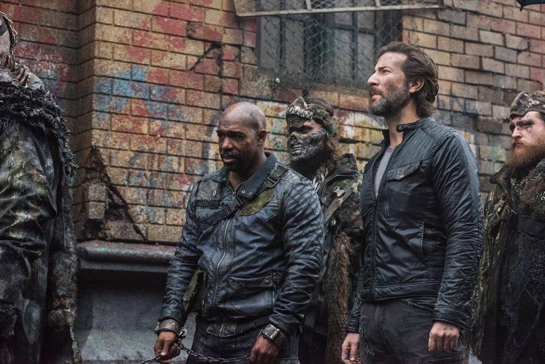 Als Pike (Michael Beach, l.)  und Kane (Henry Ian Cusick, 2.v.r.) in Polis ankommen, erwartet sie ein grausames Bild, denn wer sich Alie nicht ansch... - Bildquelle: 2014 Warner Brothers