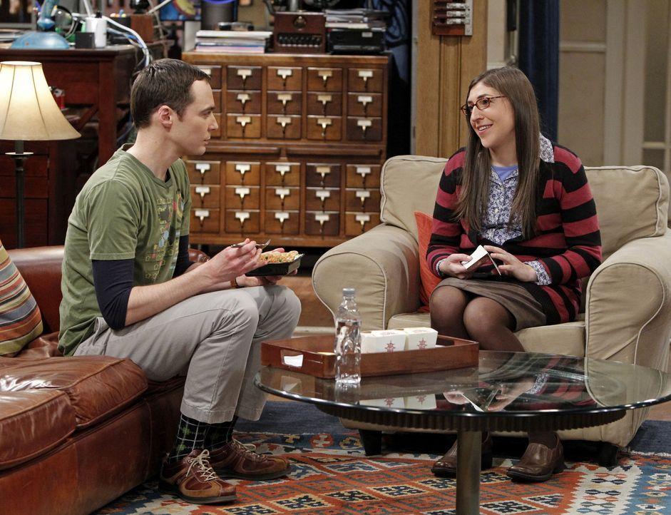 Ein Streit mit Folgen: Sheldon (Jim Parsons, l.) und Amy (Mayim Bialik, r.) ... - Bildquelle: Warner Bros. Television