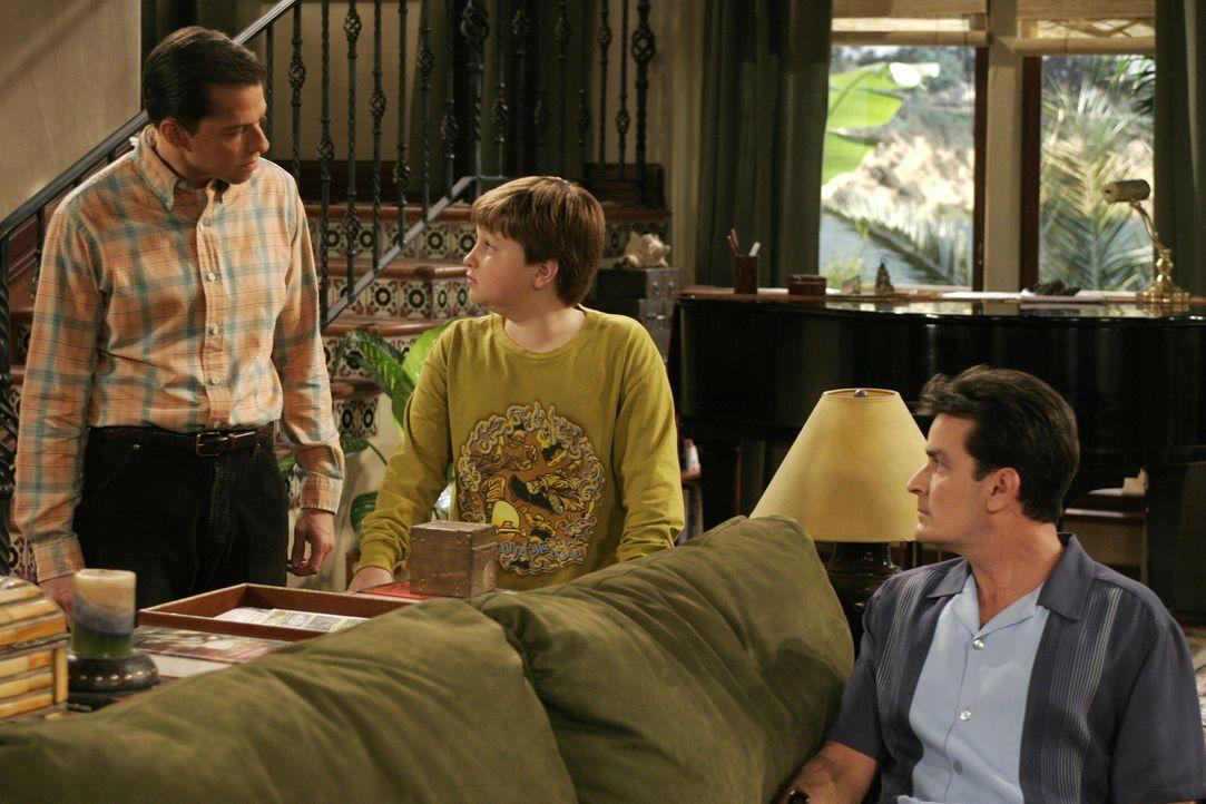 Charlie (Charlie Sheen, r.) hört gespannt zu, als Alan (Jon Cryer, l.) seinen Sohn Jake (Angus T. Jones, M.) wegen seiner Suspendierung vom Unterri... - Bildquelle: Warner Brothers Entertainment Inc.