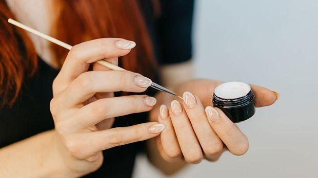 Welche Vorteile hat ein Peel-Off-Nagellack? Im Artikel erklären wir dir die V...