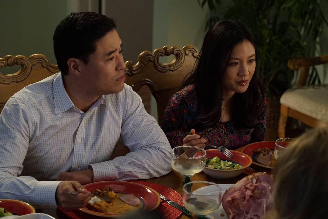 Louis (Randall Park, l.) und Jessica (Constance Wu, r.) freuen sich über Mitchs und Honeys Vorschlag, am Valentinstag ihre Kinder zu beaufsichtigen,... - Bildquelle: 2015-2016 American Broadcasting Companies. All rights reserved.