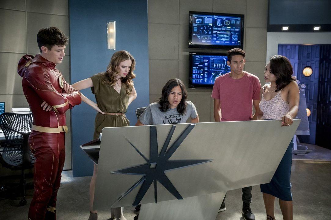 Während sich (v.l.n.r.) Barry (Grant Gustin), Caitlin (Danielle Panabaker), Cisco (Carlos Valdes), Wally (Keiynan Lonsdale) und Iris (Candice Patton... - Bildquelle: 2017 Warner Bros.