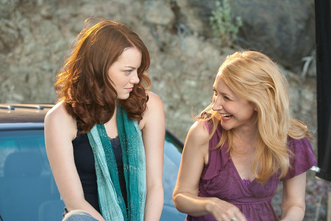Bisher wurde Olive (Emma Stone, r.) von ihren Mitschülern (Patricia Clarkson, r.) kaum beachtet, doch der Verlust ihrer Jungfräulichkeit katapulti... - Bildquelle: CPT Holdings, Inc. All Rights Reserved. (Sony Pictures Television International)