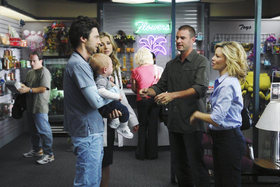 Mit Entsetzen stellen J.D. (Zach Braff, l.) und Elliot (Sarah Chalke, 2.v.l.) fest, dass Sean (Scott Foley, 2.v.r.) der neue Freund von Kim (Elizabe... - Bildquelle: Touchstone Television