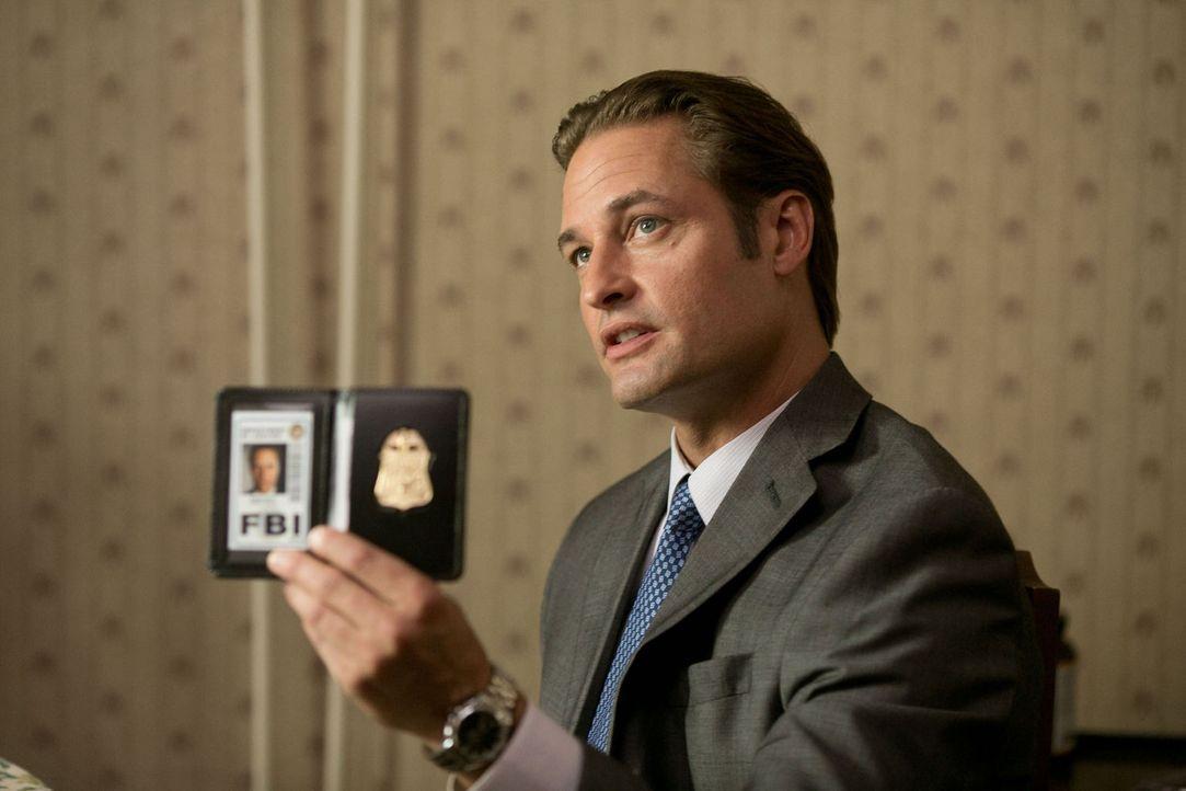 Der FBI-Agent Gamble (Josh Holloway) untersucht die Betrügereien rund um die Technologie-Konkurrenten Wyatt und Eikon. Auch Adams Tun bleibt ihm nic... - Bildquelle: 2012 Paranoia Acquisitions LLC. All rights reserved.