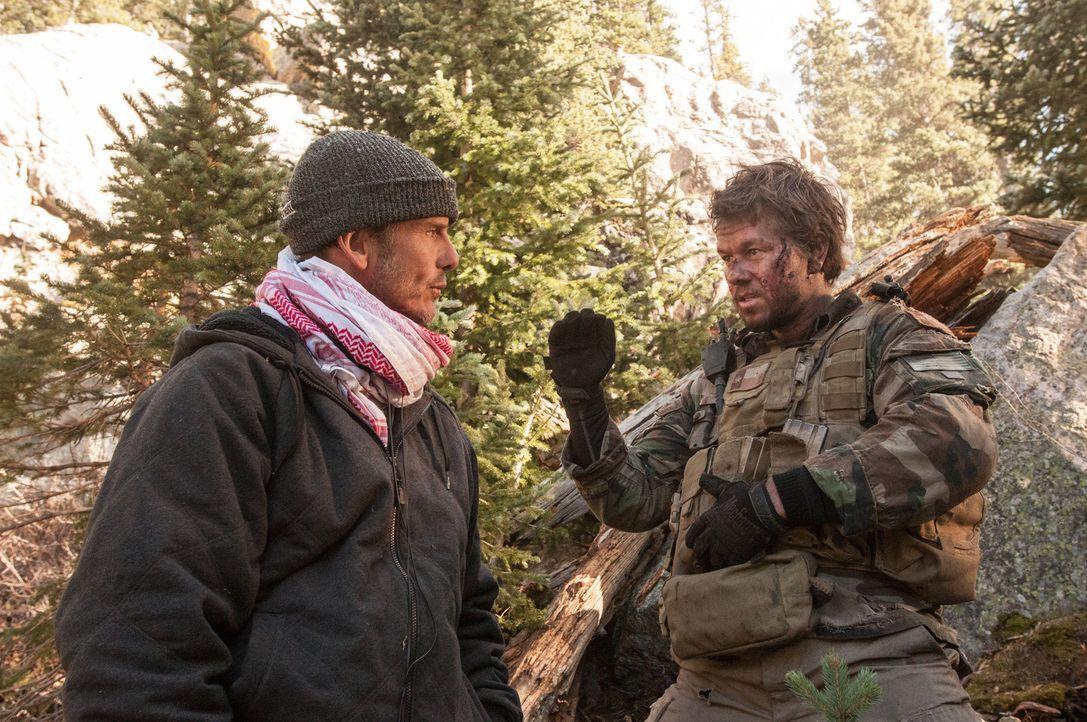 Regisseur Peter Berg, l. und sein Hauptdarsteller Mark Wahlberg, r. ... - Bildquelle: Greg Peters Universal Pictures