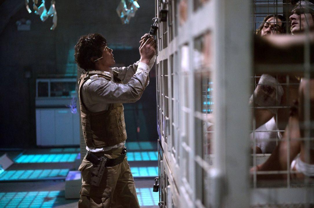 Nachdem sein Funkkontakt mit seinen Freunden abgebrochen ist, muss Bellamy (Bob Morley) darauf hoffen, dass draußen noch alles nach Plan verläuft ..... - Bildquelle: 2014 Warner Brothers