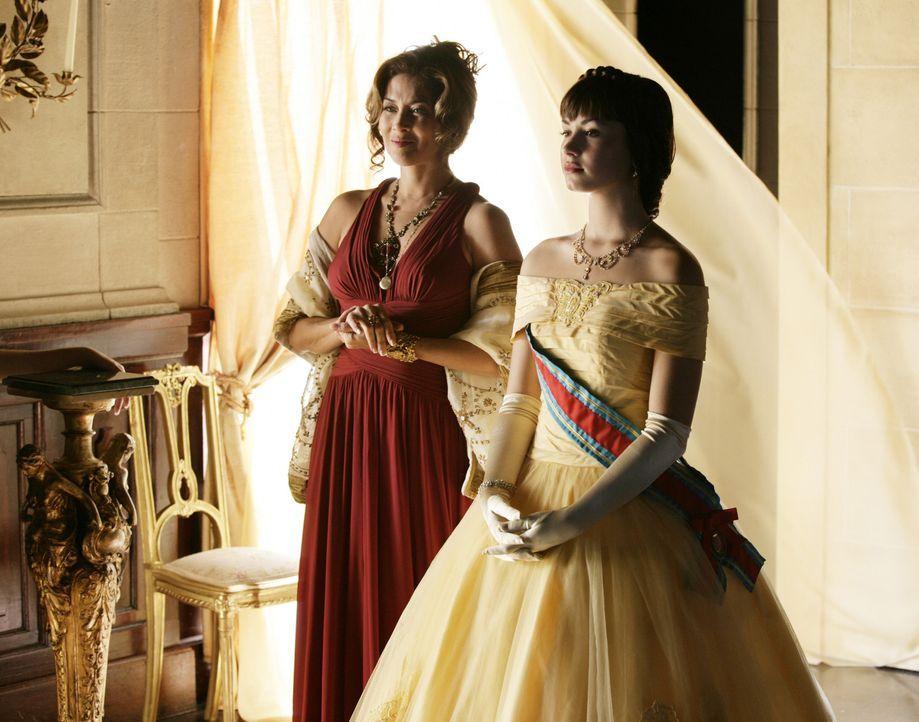 Obwohl sich Prinzessin Rosalinda (Demi Lovato, r.) mit Hilfe der Direktorin (Molly Hagan, l.) sehr gut auf den festlichen Empfang vorbereitet hat, v... - Bildquelle: Disney