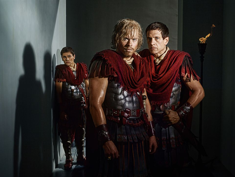 Machen sich gegenseitig das Leben zur Hölle: (v.l.n.r.) Tiberius (Christian Antidormi), Caesar (Todd Lasance) und Crassus (Simon Merrells) ... - Bildquelle: 2012 Starz Entertainment, LLC. All rights reserved.