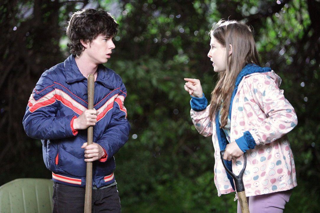 Als sich Axl (Charlie McDermott, l.) und Sue (Eden Sher, r.) streiten, wer von ihnen die Tanten besuchen muss, greift Mike ein und schickt beide bei... - Bildquelle: Warner Brothers