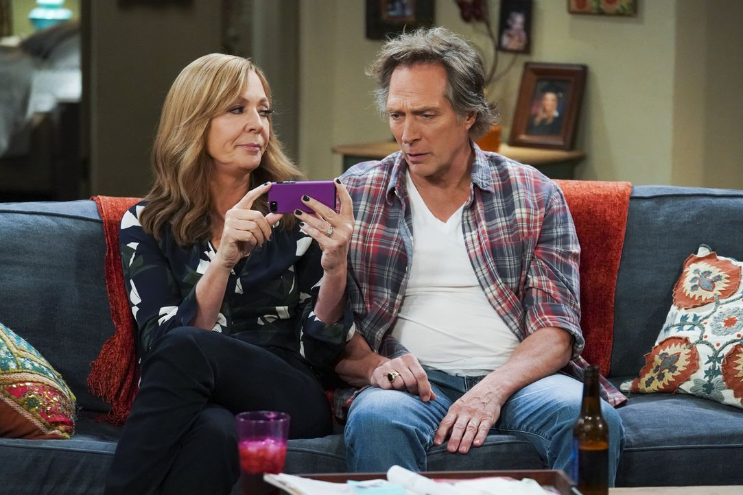Bonnie (Allison Janney, l.); Adam (William Fichtner, r.) - Bildquelle: Warner Bros. Entertainment, Inc.